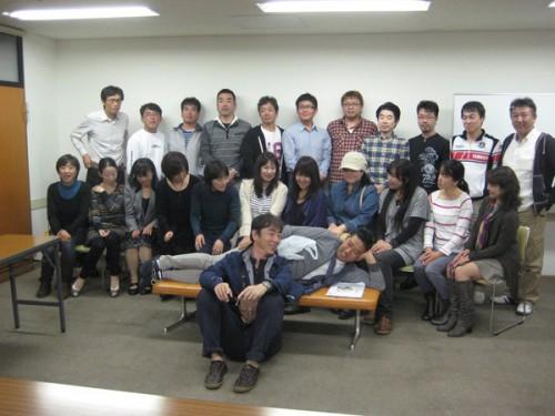 参加者の面々(長椅子に横たわっているのが、ケガをした西野君です)